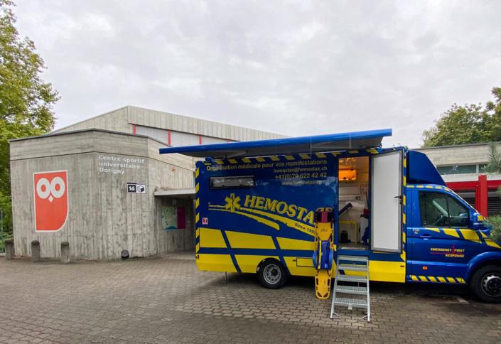 HEMOSTAZ ⎮ Notre Unité Mobile de Soins (UMS) devant le Centre sportif universitaire Dorigny